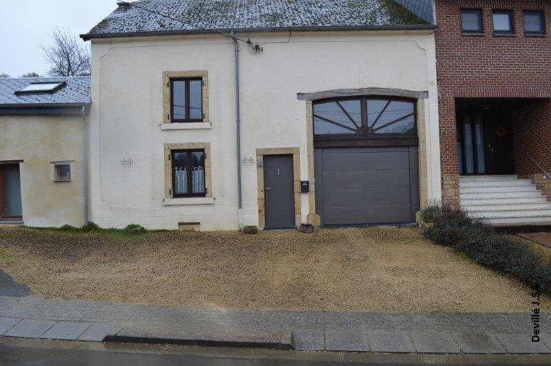 Porte de garage Hormann Silkgrain avec faux linteau et partie fixe