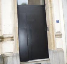 Porte d'entrée fabrication Devillé en profilés SCHUCO AWS75 de teinte noire avec boite aux lettres